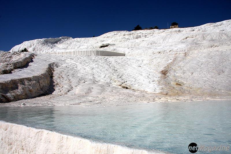 """Naturwunder Pamukkale – Die durch Thermalquellen """"schneeweissen"""" bedeckten Berghänge"""